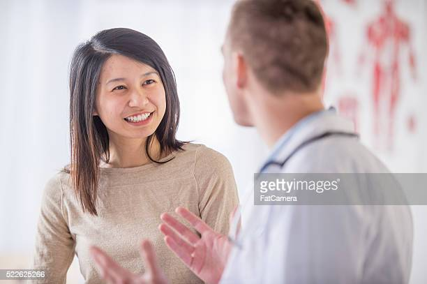 a woman is at the doctor's office and is getting good - alternatieve geneeswijzen stockfoto's en -beelden