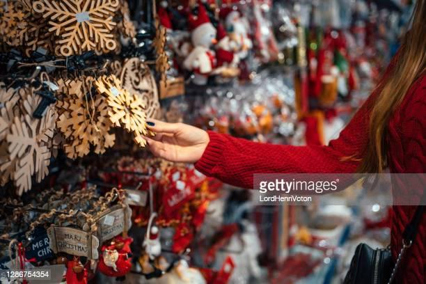 la mujer está eligiendo decoraciones para navidad - henri coste fotografías e imágenes de stock
