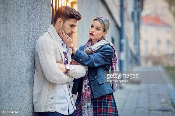 a mulher está consolando seu noivo mau humor na rua - malícia - fotografias e filmes do acervo