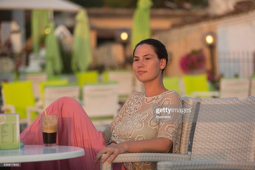Mujer es beber jugo y disfrute del hermoso paisaje marino : Foto de stock