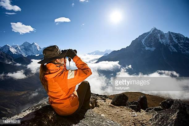 Donna guardando attraverso il binocolo al Taboche, Sagarmatha parco nazionale