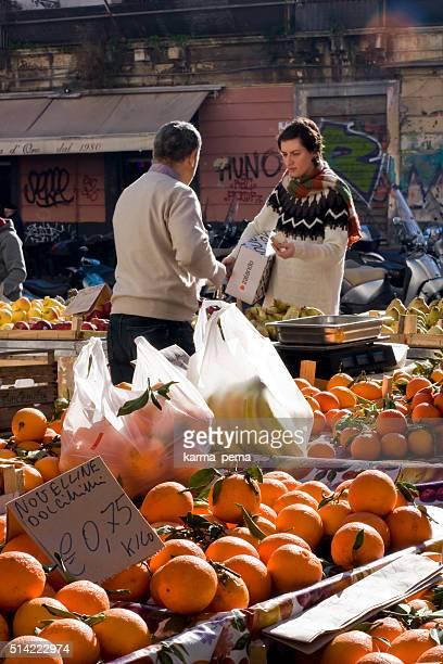 Femme se rendant aux fruits