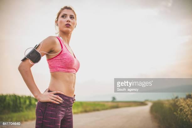 vrouw is klaar voor de praktijk - atlete stockfoto's en -beelden