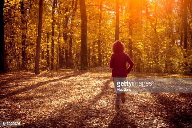 Femme jogging dans le parc automne