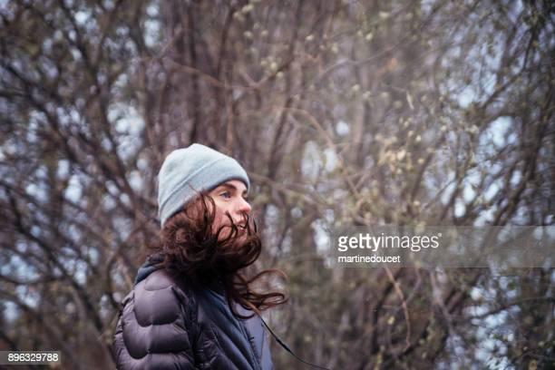 """mulher fazer jogging no parque público da cidade no inverno. - """"martine doucet"""" or martinedoucet - fotografias e filmes do acervo"""