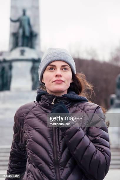 """mujer de trotar en el parque público de la ciudad en invierno. - """"martine doucet"""" or martinedoucet fotografías e imágenes de stock"""
