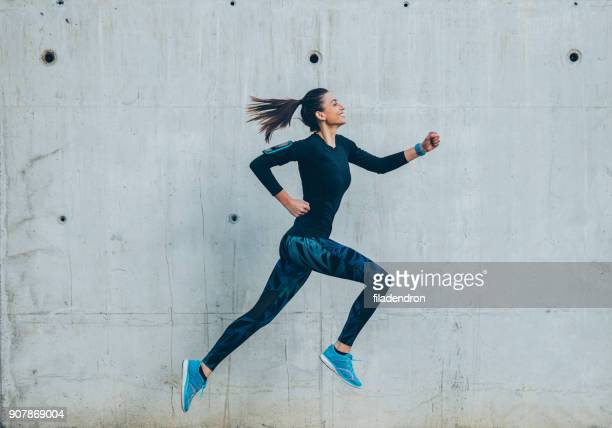 femme jogging dans la ville - joggeuse photos et images de collection