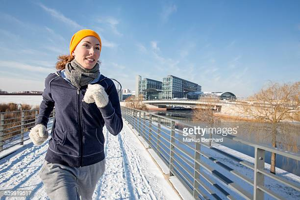 woman jogging in winter - blue hat stock pictures, royalty-free photos & images