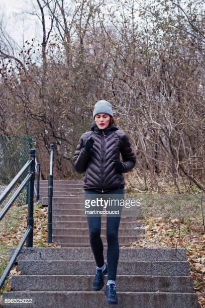 """mujer de jogging en el parque público de la ciudad en invierno. - """"martine doucet"""" or martinedoucet fotografías e imágenes de stock"""