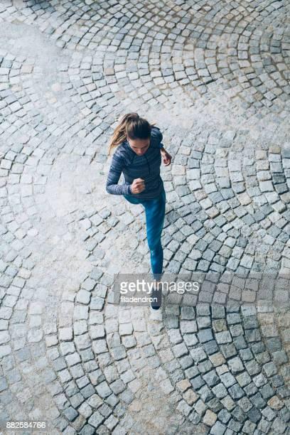 女性屋外ジョギングコース