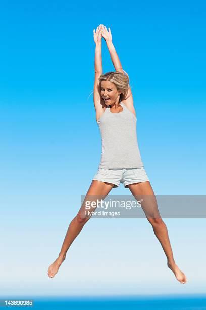 Frau springen für Spaß im Freien
