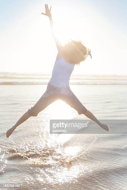 Femme sautant de joie