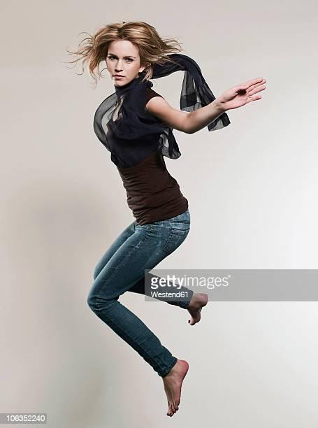 woman jumping in air, portrait - in de lucht zwevend stockfoto's en -beelden