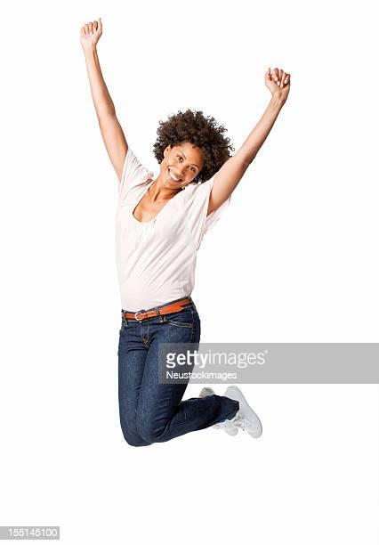 Femme sautant dans la célébration
