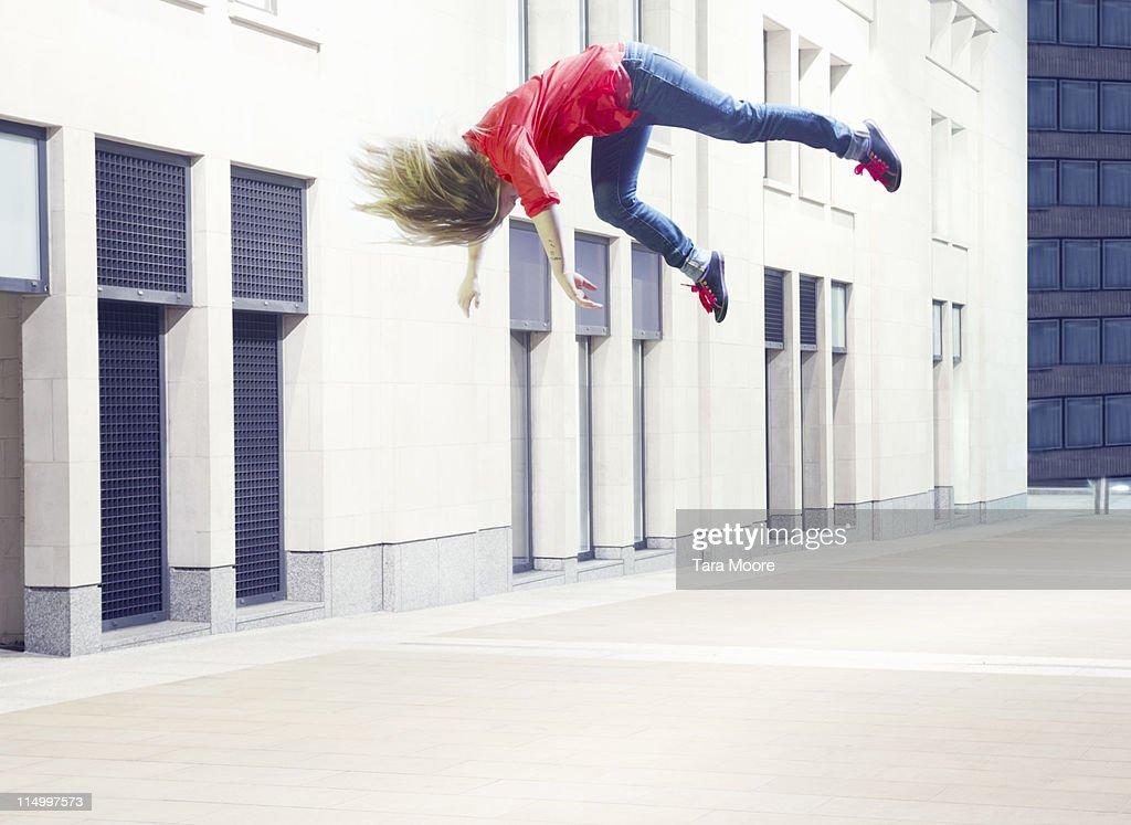 woman jumping in city : Bildbanksbilder