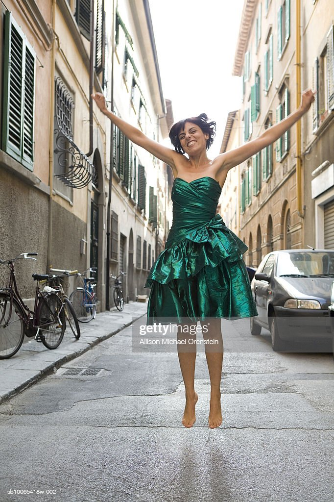 Woman jumping in street : Foto stock