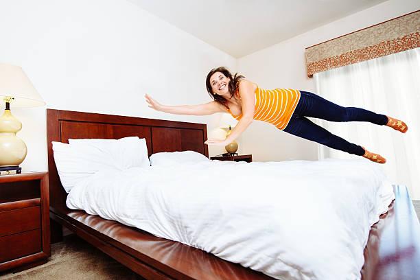 Девушка прыгает на кровати в гостинице видео — img 4