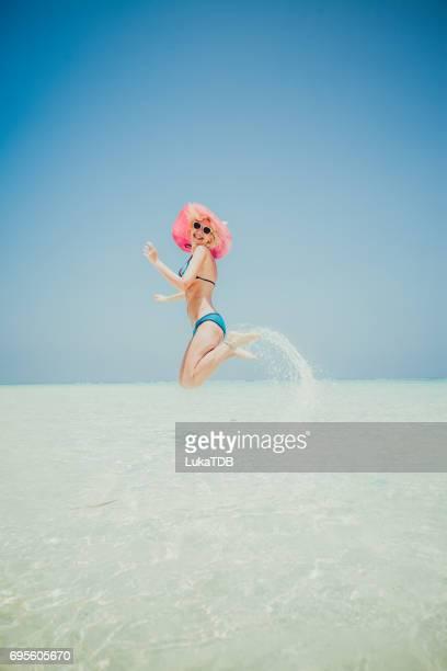 Femme, sauter sur la plage, Maldives