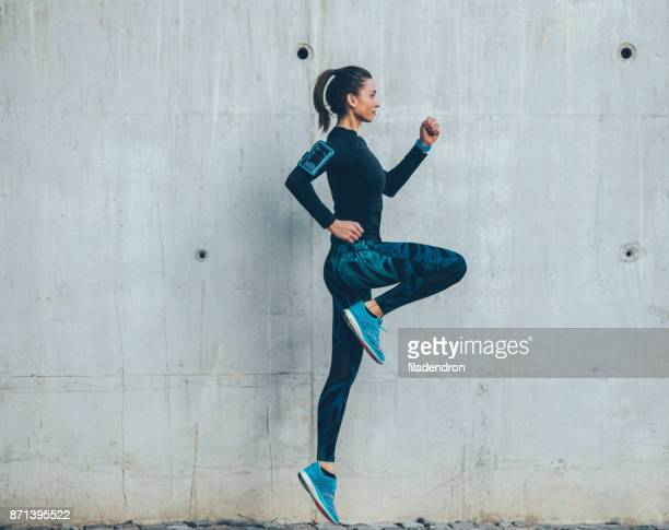 Femme sauter en plein air