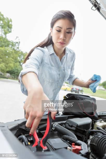 Frau springt Autobatterie