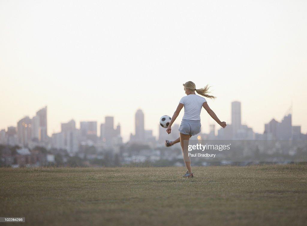 Kvinde Kicking fodbold i Urban Park Stock-foto - Getty Images-1905