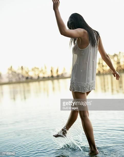 Eine Frau Treten Sie Wasser