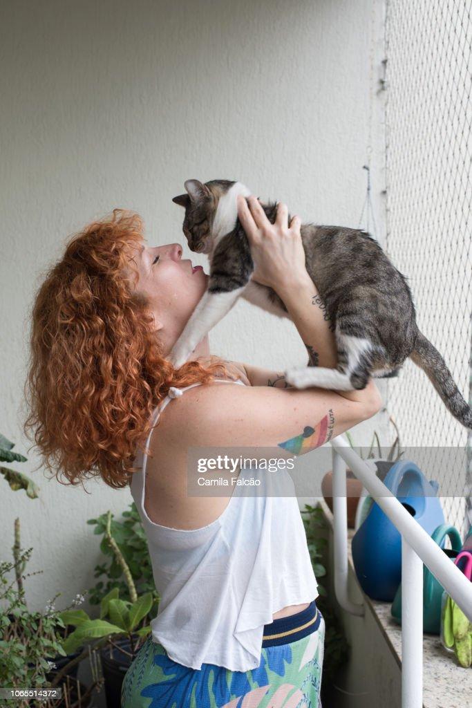 woman kisses her cat : Stock-Foto