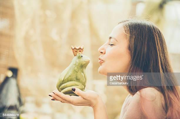 Frau küssen ein Frosch