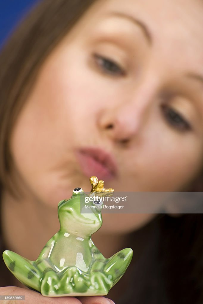 Woman kissing a frog prince : Foto de stock