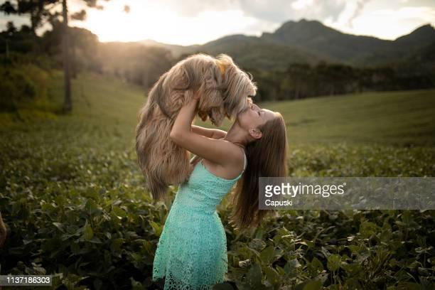 kvinna kysser hennes hund i naturen - lhasa apso bildbanksfoton och bilder