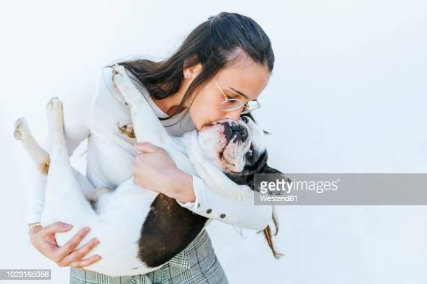 woman kissing her dog - animal doméstico fotografías e imágenes de stock