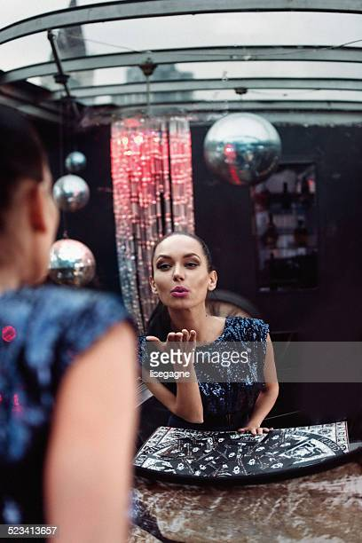 Frau Küssen in einem Spiegel