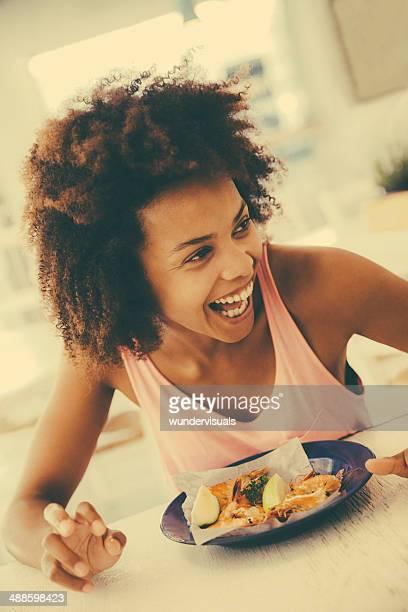 笑うレストランでの女性