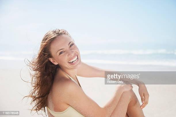 Frau Lachen am Strand