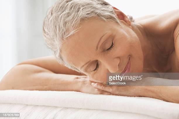 女性のタオル、横たわっている