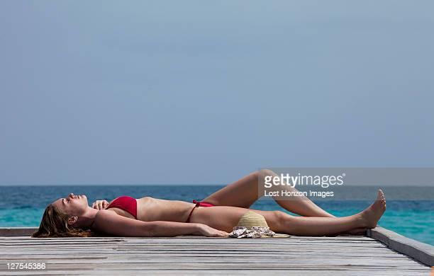 女性の花輪デッキ海を一望できる