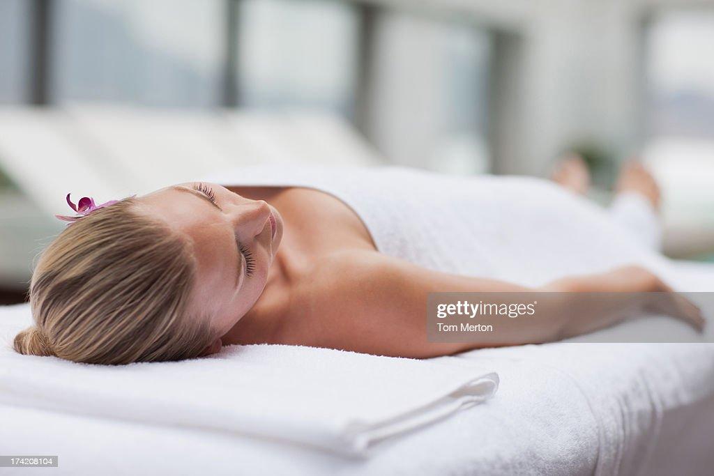 Donna posa sul tavolo per massaggi a bordo piscina foto stock getty images - Video sesso sul tavolo ...