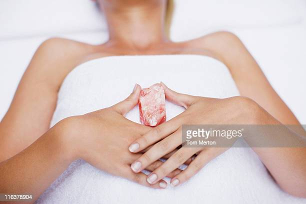 woman laying with crystal - alternatieve geneeswijzen stockfoto's en -beelden