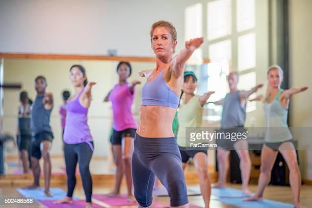 Mujer que una clase de Yoga