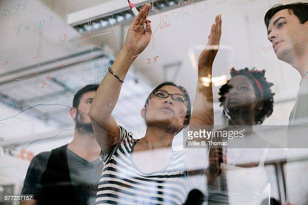 woman leading the discussion - brainstormen stockfoto's en -beelden