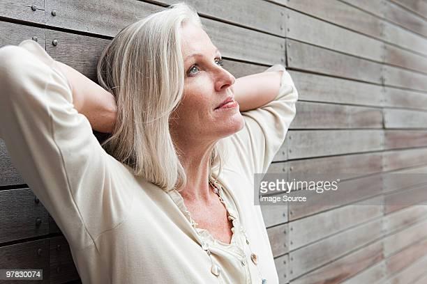 Femme s'appuyant sur le mur