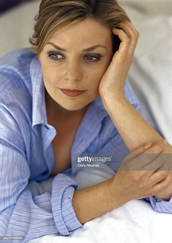 Woman leaning on elbows, close-up : Stockfoto