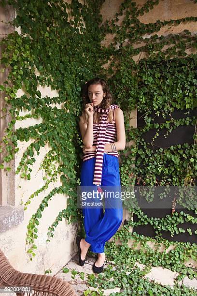 woman leaning on ivy wall - edera foto e immagini stock
