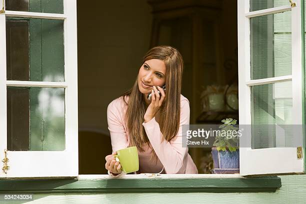 woman leaning on windowsill - open blouse - fotografias e filmes do acervo