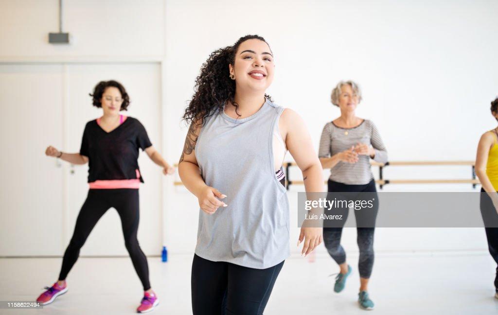 Woman learning dance moves in a class : Foto de stock