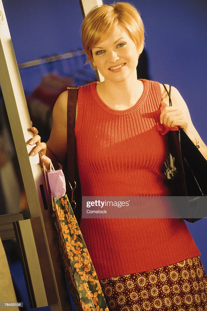 Woman leaving clothing store : Stockfoto