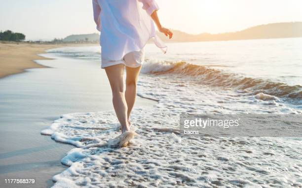 woman leg walking on beach - human leg stock pictures, royalty-free photos & images