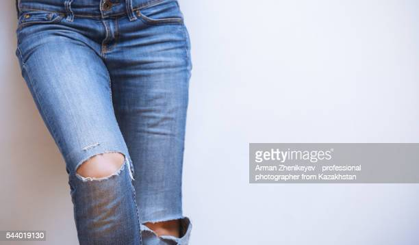 woman legs in torn jeans - enge jeans stock-fotos und bilder