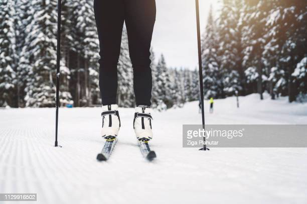 Frau Beine auf Langlaufskiern