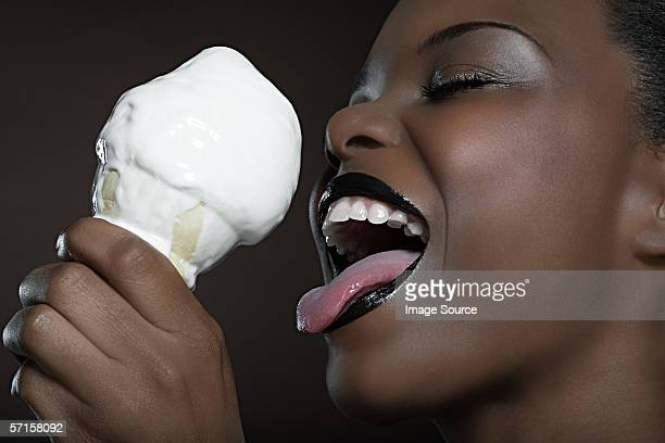 Frau lecken ice cream
